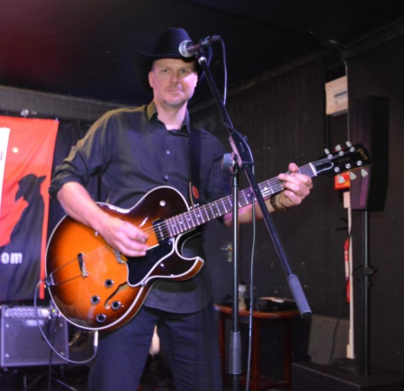 Phil Bradley with Gibson ES135